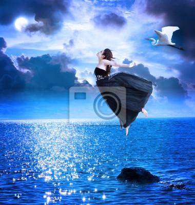 Fototapeta Piękne dziewczyny skoków na niebieskim niebie