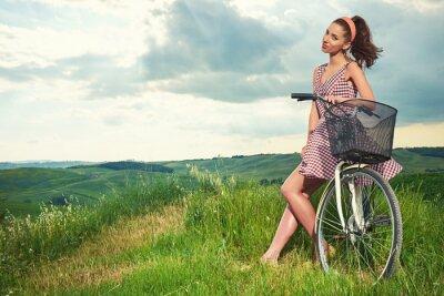 Fototapeta Piękne dziewczyny z rocznika rower na świeżym powietrzu, czas letni Toskania