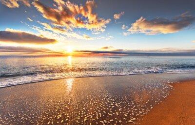 Fototapeta Piękne tropikalne wschód słońca na plaży.