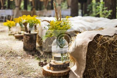 Pięknie Zdobione Miejsce W Starym Jesiennym Lesie Na ślub