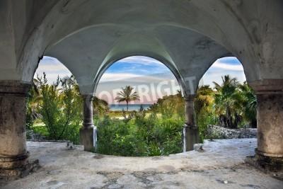 Fototapeta Piękny widok na ocean z wewnątrz starej opuszczonej rezydencji.