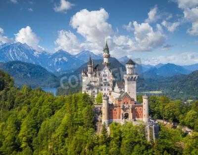 Fototapeta Piękny widok na słynny zamek Neuschwanstein, romantyczny romański romański pałac w stylu Revival, zbudowany dla króla Ludwika II, z malowniczym krajobrazem górskim w Essen, południowo-zachodnia Bawari