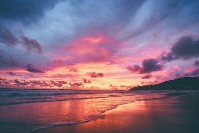 Fototapeta Piękny zachód słońca na plaży oceanu. Niebo odbija się w wodzie.