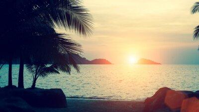 Fototapeta Piękny zachód słońca na tropikalnej morskiego wybrzeża.