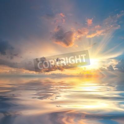 Fototapeta Piękny zachód słońca nad morzem z odbicia w wodzie, majestatyczne chmury na niebie