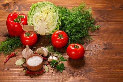 Fototapeta Pieprz i pomidorów z czosnkiem na drewnianym stole z rocznika etykiecie