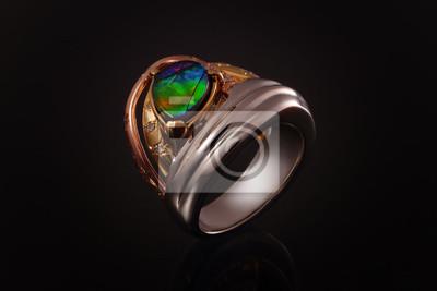2080004ddc0333 Fototapeta pierścień złota z kamieni szlachetnych, klejnotów i diamentów,  biżuteria z szmaragdami