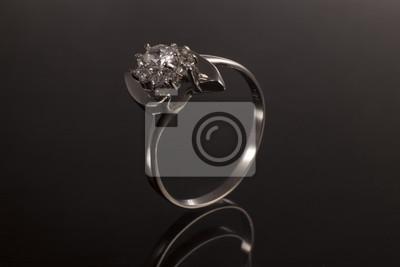 36423535aebd6d Fototapeta pierścień złota z kamieniem szlachetnym i diamentem, klasyczny  pas biżuterii z klejnotem w tle