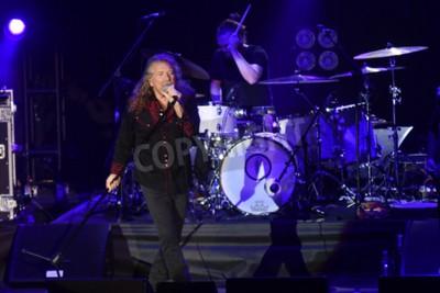 Fototapeta PILSEN, REPUBLIKA CZESKA - 27 lipca 2016 r .: słynny wokalista z Anglii Robert Plant Podczas swojego występu w Pilznie w Republice Czeskiej 27 lipca 2016 r.