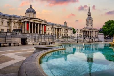 Fototapeta Plac Trafalgar w Londynie w Anglii, z National Gallery i St Marting na kościele Fields w dramatycznym świetle