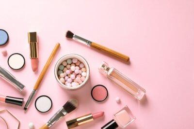 Fototapeta Płaskie świeckich kompozycji z produktów do makijażu dekoracyjnego na pastelowym różowym tle