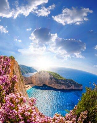 Fototapeta Plaża Navagio z morskiej i kwiatów przed zachodem słońca, wyspy Zakynthos, Grecja