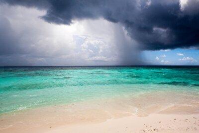 Fototapeta Pochmurny krajobraz Ocean Indyjski piaszczystej plaży przed burzą
