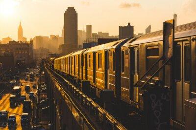Fototapeta Pociąg metra w Nowym Jorku o zachodzie słońca
