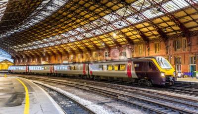 Fototapeta Pociąg pasażerski w Bristol Temple Meads, Anglii