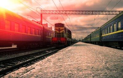Fototapeta Pociąg w promieniach czerwonego słońca