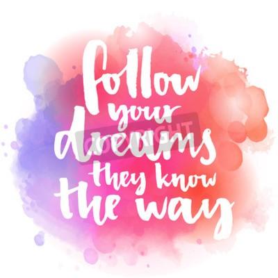 Fototapeta Podążaj za swoimi marzeniami, one znają drogę. Inspirujący cytat o życiu i miłości. Nowoczesne kaligrafii tekst ręcznie za pomocą pędzla na różowym i pomarańczowym tle z powitalny akwarela bokehs.