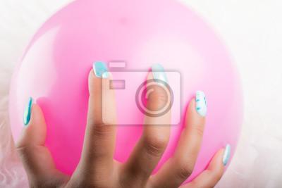 Pomalowane Paznokcie I Różowy Balon Fototapeta Fototapety