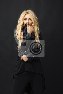 842dbdc08d Fototapeta portret dziewczyny z blond włosami w modne i stylowe ubrania  obejmuje jej twarz skórzaną kurtkę