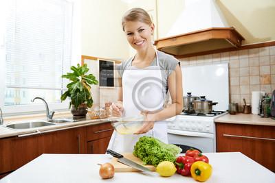 Fototapeta Portret Kobieta Kuchni Mieszania Jajka W Naczyniu Do Przygotowywania