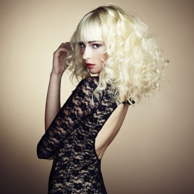 Fototapeta Portret piękna młoda blondynka w czarnej sukni