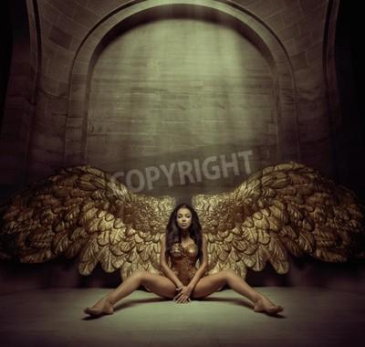 Fototapeta Powabna złota anioł w ciemnym korytarzu