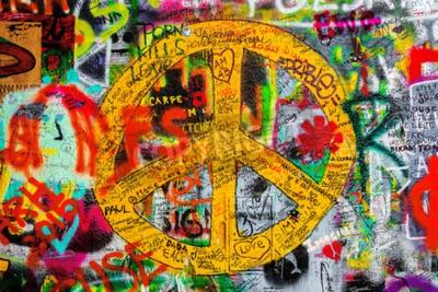 Fototapeta PRAGA, Czechy - 21 maja 2015: Znak Pokoju na Znani muru Johna Lennona w Pradze Islandii Kampa wypełnionym Beatles inspirowane teksty graffiti i od 1980 roku.