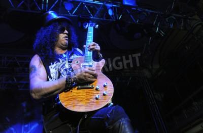 Fototapeta PRAGA, REPUBLIKA CZESKA - 11 lutego 2013: legendarny brytyjski gitarzysta Saul Hudson aka Slash Podczas spektaklu w Pradze, Czechy, 11 lutego 2013 r.
