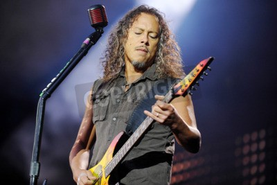 Fototapeta PRAGUE, REPUBLIKA CZESKA - 7 maja 2012: Gitarzysta Kirk Hammett z Metalliki Podczas występu w Pradze, Czechy, 7 maja 2012.