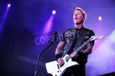 Fototapeta PRAGUE, REPUBLIKA CZESKA - 7 maja 2012: Singer i gitarzysta James Hetfield z Metalliki Podczas występu w Pradze, Czechy, 7 maja 2012.