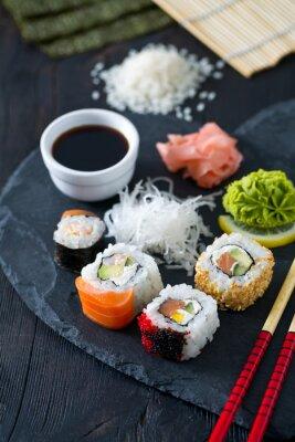 Fototapeta przygotowywanie sushi