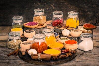 Fototapeta Przyprawy i zioła na drewnianym stole