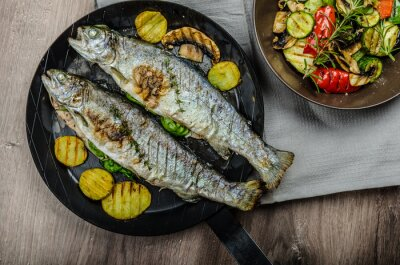 Fototapeta Pstrąg z grilla z warzywami śródziemnomorskimi