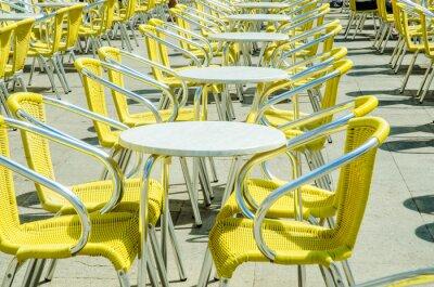 Fototapeta Puste tabele kawiarni ulicy