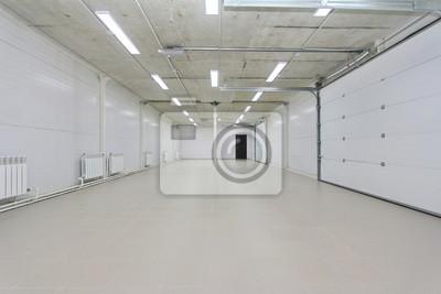 Pusty Garaż Magazyn Wnętrze Z Dużymi Białymi Bram I Szare Płytki