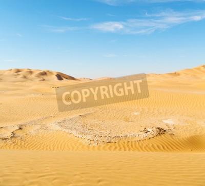 Fototapeta pusty kwartał i na zewnątrz wydmy pustyni w Omanie starego Rub al Khali