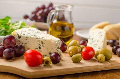 Fototapeta Pyszne blue cheese z oliwek, winogron i surówką