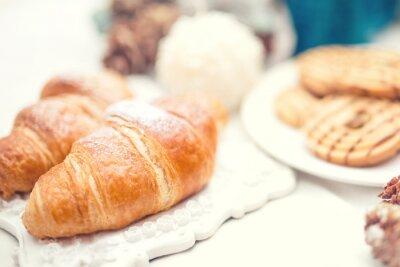 Fototapeta Pyszne i smaczne świeże rogaliki jak śniadanie posiłek