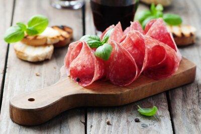 Fototapeta Pyszne salami z bazylią i wina