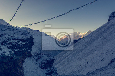 Fototapeta Rano w górach z himalajskich Buddyjski modląc flagi.