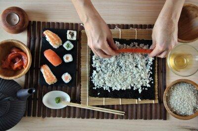 Fototapeta ręce do gotowania sushi