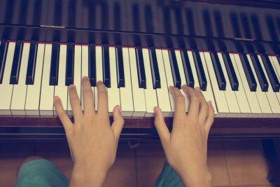Fototapeta Ręce dziewczyny na klawiaturze fortepianu: Vintage filtrów