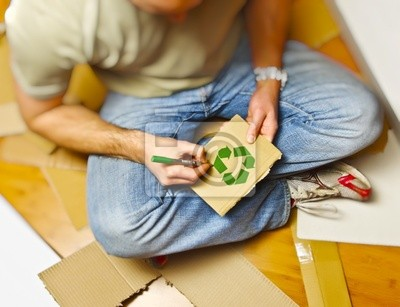 Recykling papieru i mężczyzna