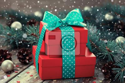 Red obecne pole z dziobem wstążką dekoracji jodły i szyszka z magiczną mocą śniegu na drewnianym pokładzie tamtejsze, Boże Narodzenie w tle, zabytkowe stonowanych