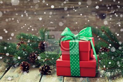 Red obecne pole z dziobem wstążką dekoracji jodły i szyszka z magiczną mocą śniegu na drewnianym pokładzie tamtejsze, Christmas tła
