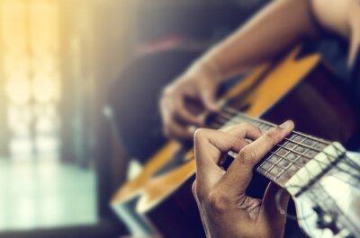 Fototapeta ręka człowieka na gitarze klasycznej