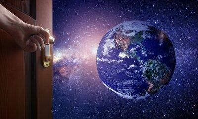 Fototapeta ręka otwiera drzwi do pustego pokoju Planeta Ziemia z kosmosu. Trochę