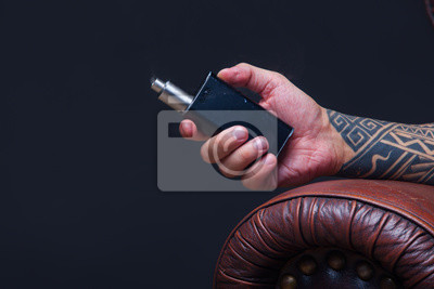 Ręka Z Bliska Vaper Mężczyzna Z Tatuażami Siedzi Na Skórzanej
