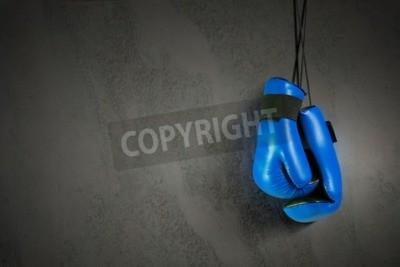 Fototapeta Rękawice bokserskie wiszące na paznokciu na ścianie