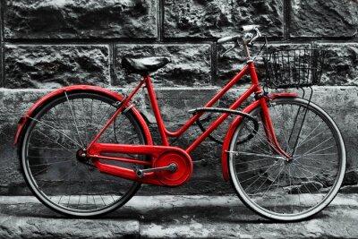 Fototapeta Retro czerwony rower na czarno-białej ścianie.